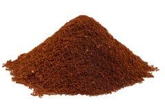 De koffiebonen van de grond in een stapel Stock Afbeelding