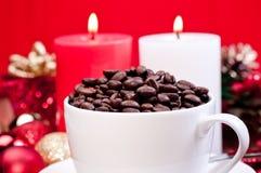 De koffiebonen van Kerstmis in een kop Stock Fotografie