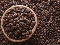 De koffiebonen worden geplaatst in een zak als achtergrond stock afbeeldingen
