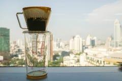 De koffiefilter voor ambacht brouwt drank voor het koelen stock foto's
