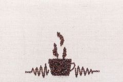 De koffiekop maakte van koffiebonen, die in het centrum bij de bodem worden gericht royalty-vrije stock foto's