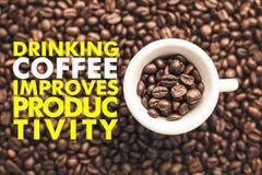 De koffiekop op achtergrond met bericht ` het DRINKEN KOFFIE VERBETERT PRODUCTIVITEIT ` Royalty-vrije Stock Afbeeldingen