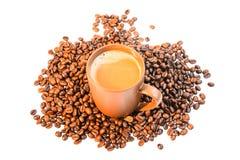 de koffiekop op lijst isoleert op wit Royalty-vrije Stock Fotografie