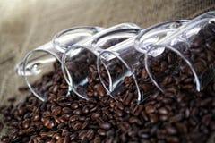 De koffiekoppen met bonen royalty-vrije stock fotografie