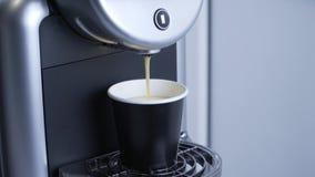 De koffiemachine giet koffie stock videobeelden