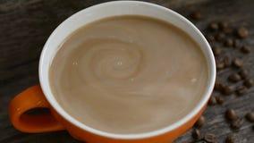 De koffiemelk spreidt uit uit, melkachtige koffie - de hoogste mening, sluit omhoog stock footage