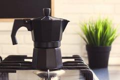 De koffiepot is op het fornuis in de keuken Royalty-vrije Stock Foto's