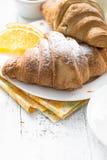 De koffiesinaasappel van de croissantjam jice bij witte houten lijst Stock Afbeeldingen
