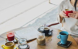 De Koffiewinkel van de vrouwenzitting het Drinken Koffieconcept Royalty-vrije Stock Afbeeldingen