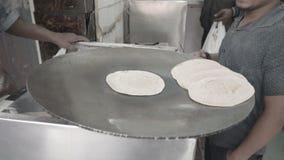 De kok bereidt chapati voor stock footage
