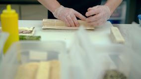 De kok bereidt een Japans broodje met room en Bulgaarse peper voor stock video