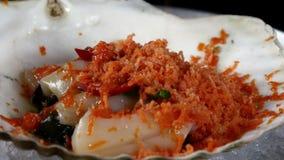 De kok bereidt overzeese salade van kammosselen op shell voor stock videobeelden