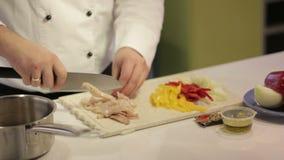 De kok bereidt pijlinktvisgroenten voor stock videobeelden