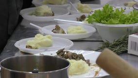 De Kok bereidt vlees voor stock footage