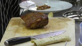 De Kok bereidt vlees voor stock videobeelden