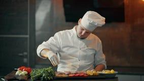 De kok is bestrooit vleeskruiden stock videobeelden