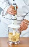 De kok brengt de mixeringrediënten voor het koken gevulde vissen volledige inzameling van aan culinaire recepten Stock Afbeeldingen