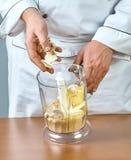 De kok brengt de mixeringrediënten voor het koken gevulde vissen volledige inzameling van aan culinaire recepten Royalty-vrije Stock Afbeeldingen