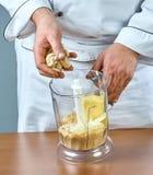 De kok brengt de mixeringrediënten voor het koken gevulde vissen volledige inzameling van aan culinaire recepten Stock Foto's