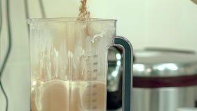 De kok giet cacao in de mixer stock footage