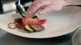 De kok in het restaurant bereidt en dient een smakelijke schotel 4k voor stock video