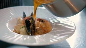 De kok in het restaurant bereidt en dient een smakelijke schotel 4k voor stock footage