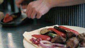 De kok in het restaurant bereidt en dient een smakelijke schotel 4k voor stock videobeelden