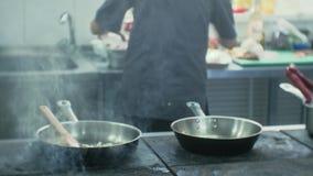 De kok in de keuken van het restaurant bereidt deegwarencarbonara voor stock footage