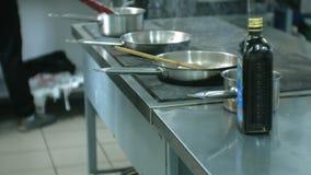 De kok in de keuken van het restaurant bereidt deegwarencarbonara voor stock video
