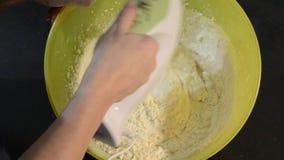 De kok kneedt deeg met elektrische mixers op de plaat stock video