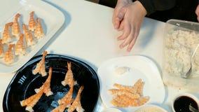 De kok maakt ballen van rijst stock footage