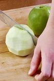 De kok maakt besnoeiing schoon de appel voor het koken kaastaarten volledige reeks voedselrecepten stock foto