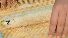 De kok maakt een broodje met buiten rijst stock videobeelden