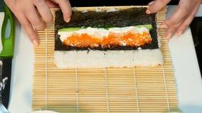 De kok maakt een broodje met buiten rijst Snel zich beweegt stock video