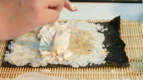 De kok maakt het vullen want de sushi rollen stock videobeelden