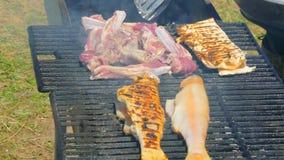 De kok maakt verscheidene schotels op de barbecue stock videobeelden