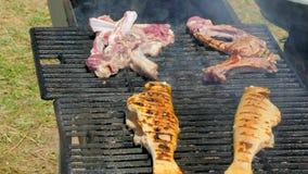 De kok maakt vlees en vissen op de barbecue stock video
