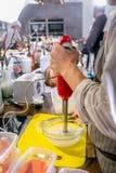 De kok maalt ingrediënten met een mixer in de kom Hoofdklasse in de keuken Het proces om te koken Stap voor stap leerprogramma royalty-vrije stock fotografie