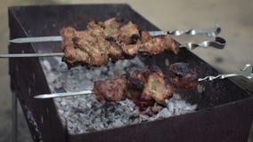 De kok neemt een klaar kebab van grill op vleespennen voor cliënten op stock videobeelden