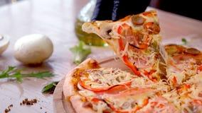 De kok neemt een plak van bacon, paddestoel en kaaspizza Dien rubberhandschoenclose-up in stock videobeelden