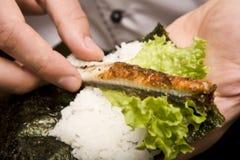 De kok op keuken bereidt Japanse susi voor stock afbeelding