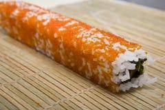 De kok op keuken bereidt Japanse susi voor stock foto's