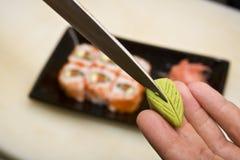 De kok op keuken bereidt Japanse susi voor stock foto