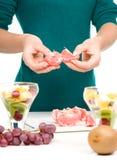 De kok pelt grapefruit voor fruitdessert Stock Afbeeldingen