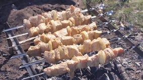 De kok roostert sappige kebabbarbecue op de slowmotion grill HD stock videobeelden