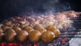 De kok roostert sappige kebabbarbecue op de slowmotion grill geroosterde vlees en groenten op brand stock footage
