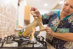 De kok snijdt de kip op brand royalty-vrije stock fotografie