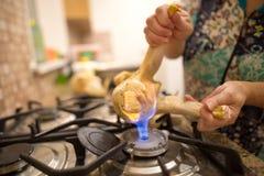 De kok snijdt de kip op brand royalty-vrije stock afbeeldingen