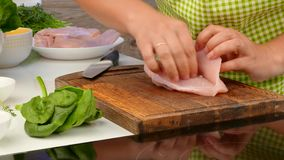 De kok snijdt de kippenborst en maakt haar vullend stock video