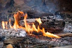 De kok steekt uit in brand Royalty-vrije Stock Afbeeldingen